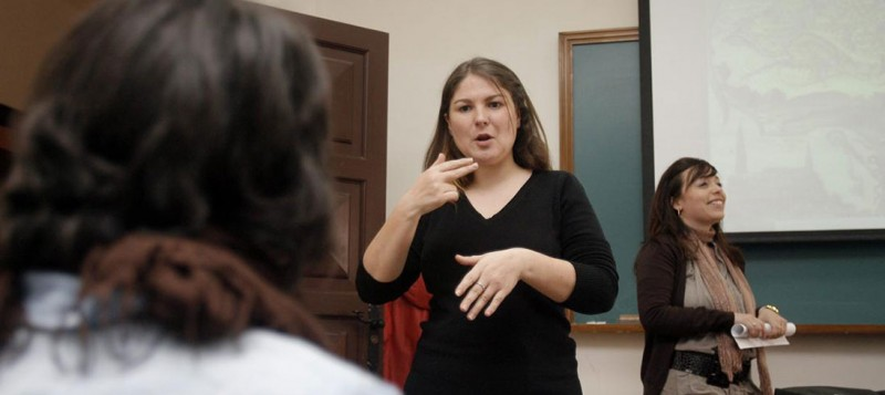 Los intérpretes de signos y los asesores sordos estallan por el 'maltrato' a un servicio fundamental